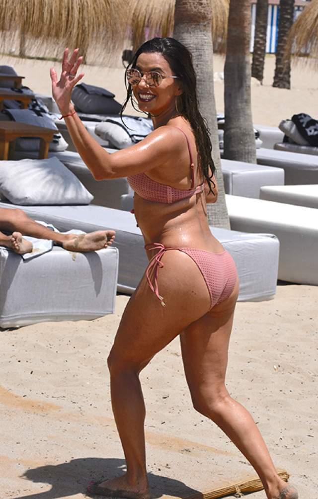 Но увидев недавние фото актрисы на пляже, поклонники подумали, что тогда еще 42-летняя Ева наконец-то впервые станет мамой. Но звезда опровергла слухи, заявив, что просто много ела и набрала парочку лишних килограммов.
