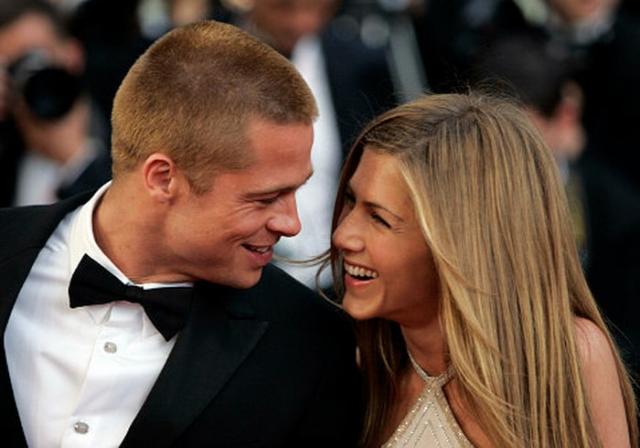 """Неприятности появились в жизни пары сначала потому, что Дженнифер не хотела завести детей. Но причиной разрыва послужил тот факт, что на съемках фильма """"Мистер и миссис Смит"""" Брэд серьезно увлекся исполнительницей женской роли, Анджелиной Джоли."""