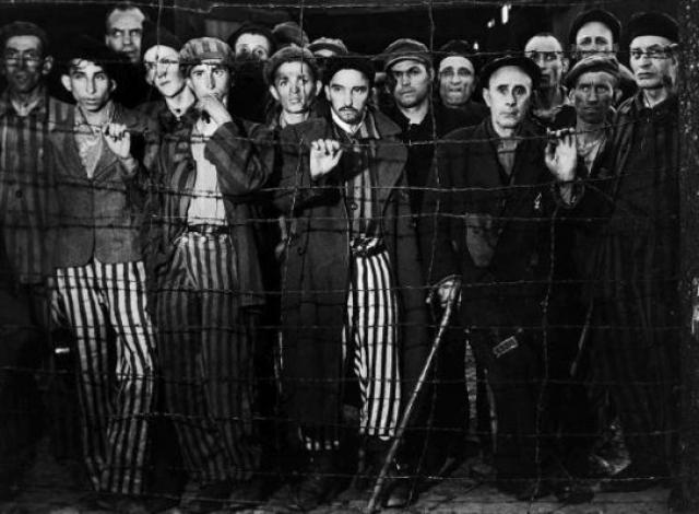 Это удалось сделать поляку Гвидону Дамазину и русскому Константину Леонову 8 апреля. Они на трех языках передали радиограмму, составленную предположительно Вальтером Бартелем и Гарри Куном, лидерами Сопротивления в лагере.