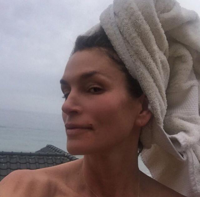 В своем Инстаграм Синди частенько выкладывает селфи без макияжа.