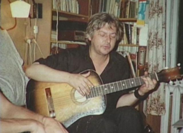 Годовщина смерти Цоя, последнее фото Майка Науменко, который по просьбе . Он по просьбе Липницкого и Рыбы исполняет Сладкую N 15 августа 1991.