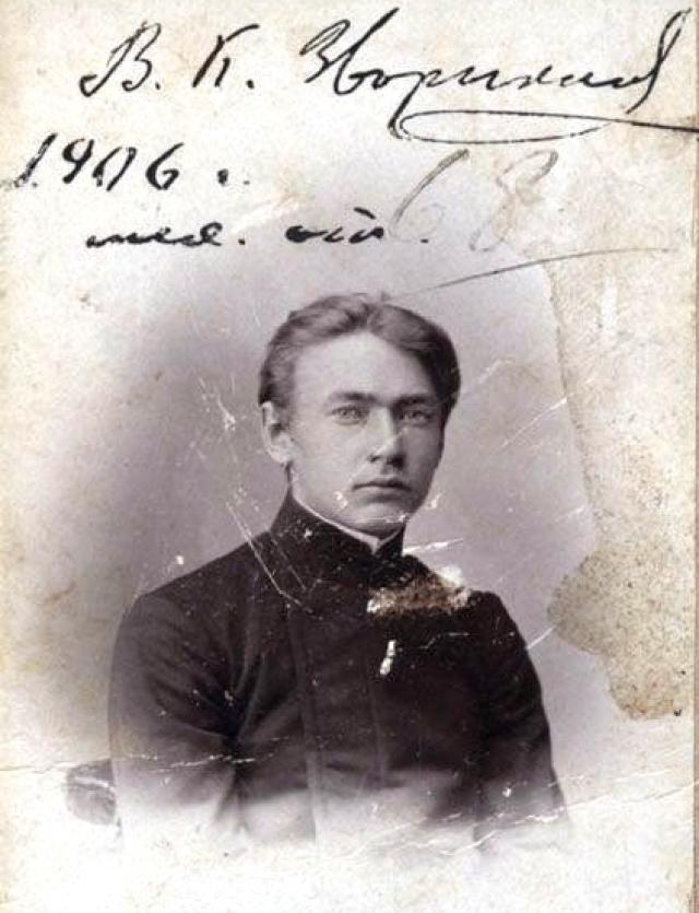 Владимир Зворыкин. Инженер выступал на стороне белого движения во время революции. Тогда в Екатеринбурге Зворыкина чуть не расстреляли за то, что он собирался искать радиодетали на территории, занятой красноармейцами.