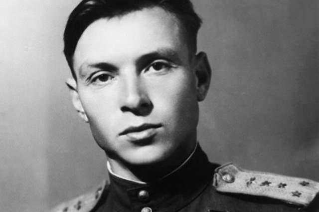 """Говорили, что пилотаж Евстигнеева был """"от Бога"""": виртуозным и неповторимым. Наблюдая за легким и точным каскадом исполняемых им в воздухе фигур, было трудно предположить, что тело его изнемогает от язвы."""