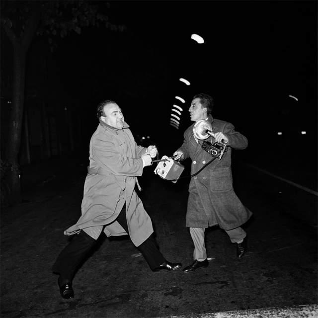Выходящий из ночного клуба священник. Знаменитый кадр со священником Доном Гуссони, выходящим из ночного клуба сделан в Риме в 1959 году. Тщетные попытки Гуссони вырвать фотоаппарат из рук фотографа Джакомо Алексиса попали в объектив именитого папарацци Джеппетти и навсегда разрушили репутацию служителя церкви.