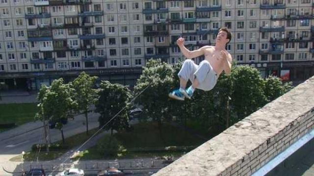 Паркурщик Павел Кашин, делающий последнее сальто назад на крыше 16-этажного дома №63 на Варшавской улице в Петербурге. Молодой человек погиб от полученных травм.