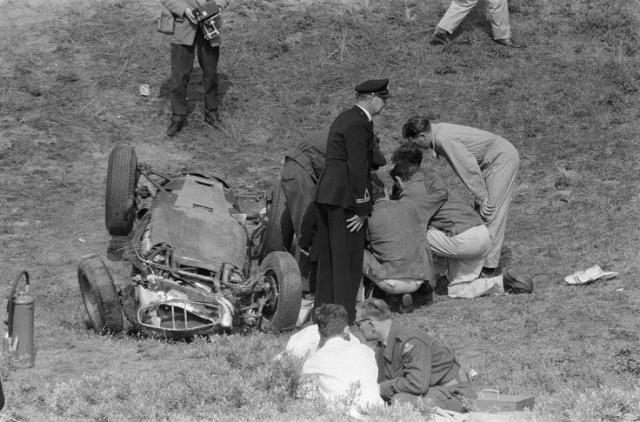 Автомобиль полетел же дальше и врезался в толпу зрителей, убив 11 человек. Еще трое позже скончались в больнице от полученных травм.