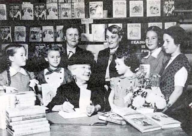 В 1932 году внезапно 65-летняя жена миссурийского фермера, время от времени публиковавшая статьи и заметки в местных газетах, неожиданно для всех и для самой себя, проснулась знаменитой.