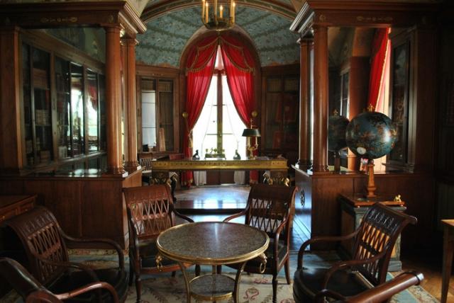 Рабочий кабинет еще одного завоевателя - императора Наполеона Бонапарта . Находился этот роскошный офис ни много ни мало, а во дворце Тюильри.