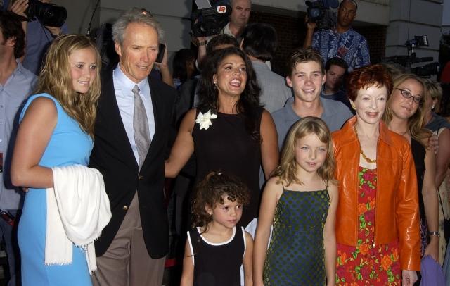 Кстати за три года до этого, в 1993 году актриса Фрэнсис Фишер родила от Иствуда дочку.