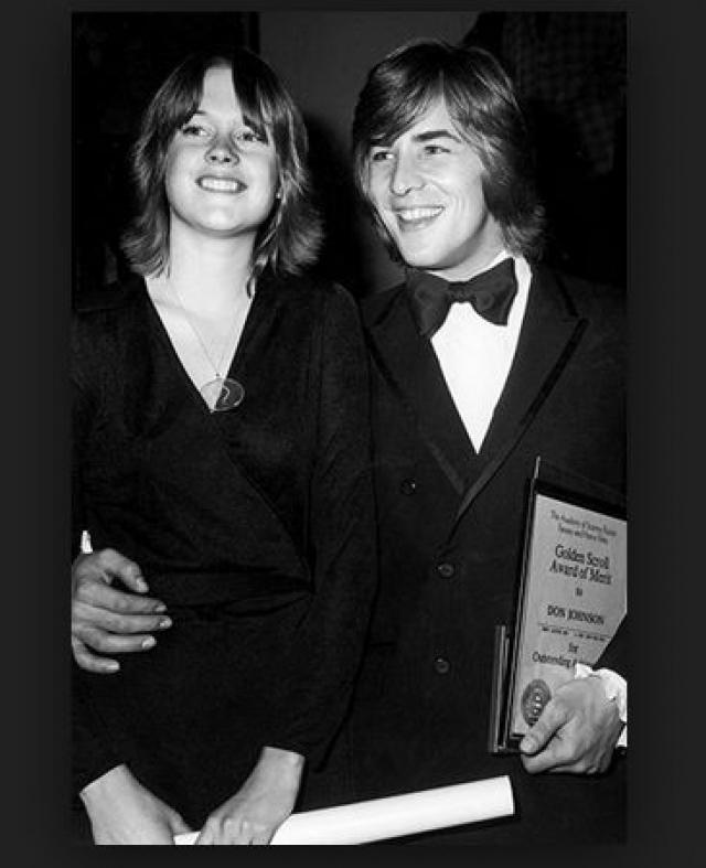 Мелани Гриффит. Когда Мелани была еще подростком, она начала встречаться с 22-летним актером Доном Джонсоном. А когда ей исполнилось 18, они решили пожениться.