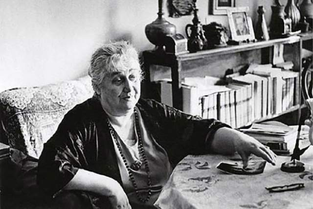 """Советский режим во многом """"потрепал"""" Ахматову, которая не могла издаваться и порой еле сводила концы с концами. Она скончалась в возрасте 77 лет, превратившись из изящной дамы и величественную старушку."""