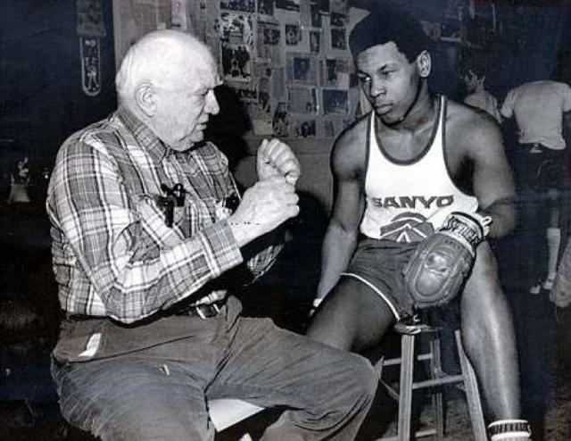 В 15 лет Тайсон, во многом благодаря Касу, начал любительскую карьеру, которая сложилась у него не так удачно, как ожидалось, а 6 марта 1985 года впервые вышел на профессиональный ринг.