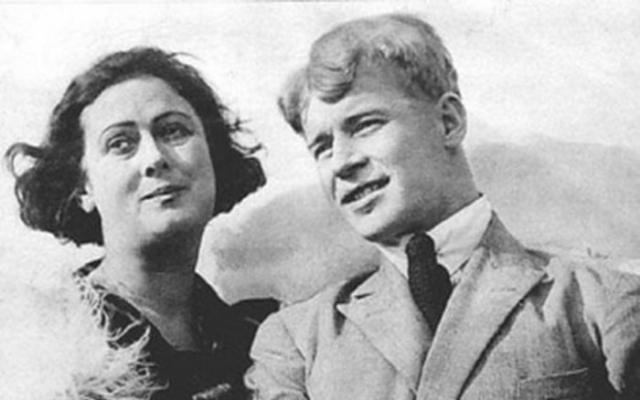 Начались гастроли Дункан в Западной Европе, а после в Штатах. Есенин получил загранпаспорт, уверив власти в том, что он будет способствовать изданию книг русских поэтов в Берлине.
