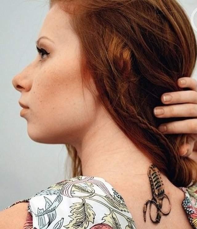 Певица Юлия Савичева под длинными волосами скрывает изображение студийного микрофона, провод от которого сплетается в знак бесконечность.