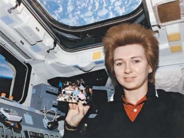 """Кондакова тоже оказалась первой - первой женщиной, совершившей длительный космический полет: в сумме на """"Союзе"""" и станции """"Мир"""" она провела 169 дней 5 часов и 35 секунд."""
