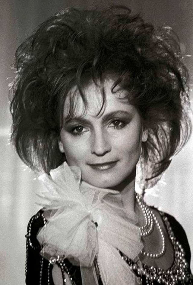 София Ротару. Певица всегда прекрасно выглядела, но, как и многих ее коллег имидж 80-х ее явно старил.