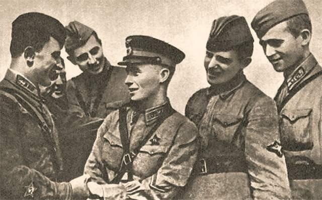 В августе 1941 года одним из первых советских летчиков совершил таран, сбив в ночном воздушном бою немецкий бомбардировщик. Причем раненый летчик смог выбраться из кабины и спуститься на парашюте в тыл к своим союзникам.