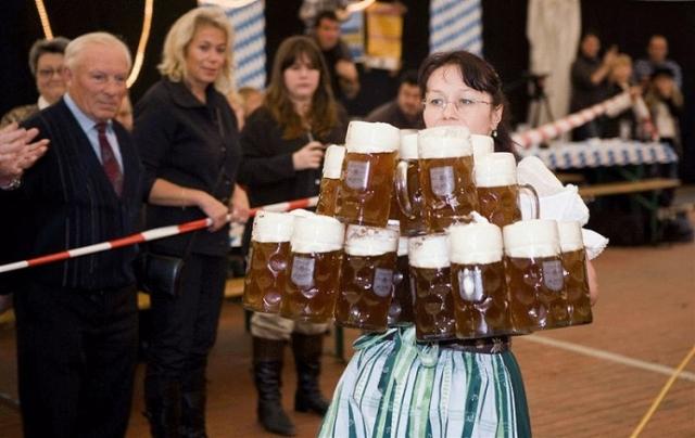 Анита Шварц из немецкого города Мезених сумела пробежать дистанцию в 40 метров, держа 19 больших кружек с пивом. При этом она ничего не расплескала Рекорд зафиксирован 9 ноября 2008 года во время празднования Дня рекордов Книги рекордов Гиннесса.