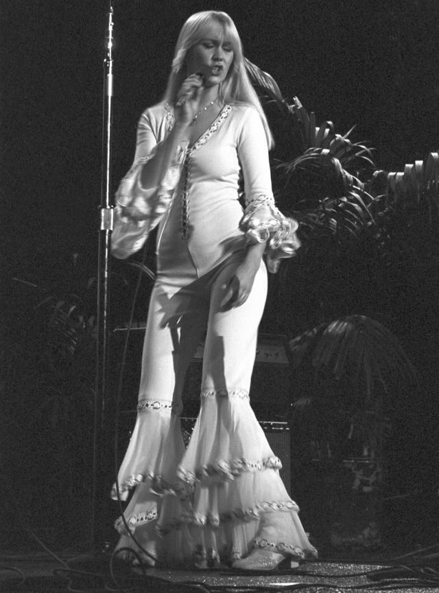 """На протяжении одного тура она выходила на сцену в облегающем кожаном белом комбинезоне, что дало повод одной газете написать заголовок """"Шоу задницы Агнеты""""."""