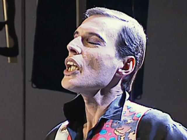 С 1989 года стали проявляться серьезные изменения во внешности Меркьюри, заразившегося ВИЧ - он сильно похудел, с 76 до 55 килограммов. 24 ноября, около семи часов вечера Фредди скончался в своем доме в Лондоне от бронхопневмонии в возрасте 45 лет.