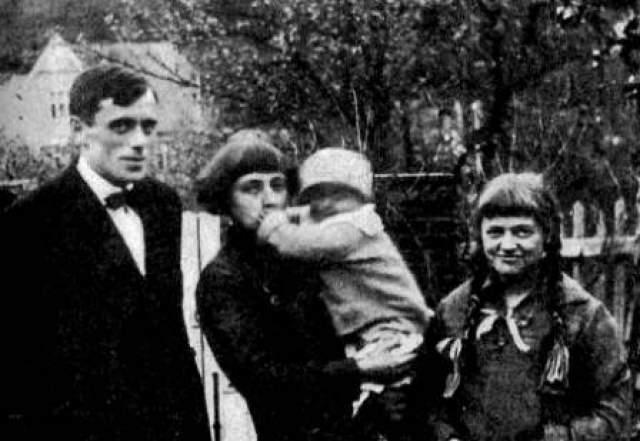Марина Цветаева. Поэтесса, всегда жившая в достатке была вынуждена покинуть Россию в 1922 году вместе с семьей. Вскоре какие-никакие средства, вывезенные с собой закончились, и с 1930-х годов поэтесса жила в Париже практически в нищете.