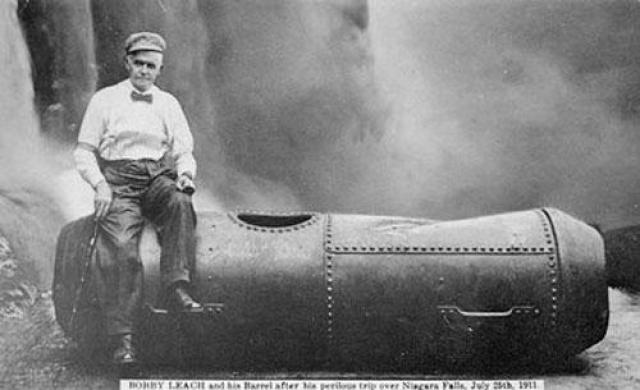 Несмотря на его улыбку на фотографии, он провел шесть месяцев в больнице, прежде чем оправился от повреждений, которые получил во время падения. По иронии судьбы, умер он в Новой Зеландии от осложнений после операции по ампутации ноги, которую сломал, поскользнувшись на апельсиновой кожуре.