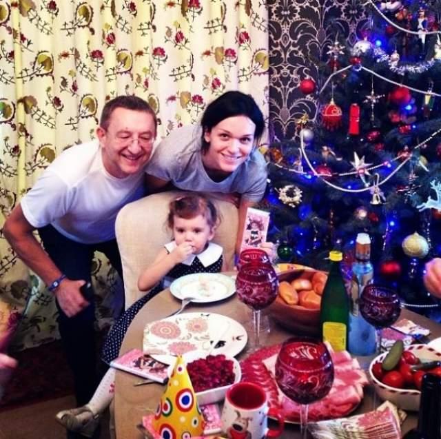 С бизнесменом, который старше нее на 28 лет, Слава познакомилась в 2002 году в ресторане. Пара до сих пор вместе и воспитывает дочь Антонину.