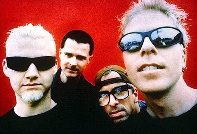 The Offspring. В начале 90-х альбом группы под названием Smash был продан по миру тиражом более 14 миллионов копий. В нашей стране именно благодаря The Offspring стал популярен скейт-поп-панк.