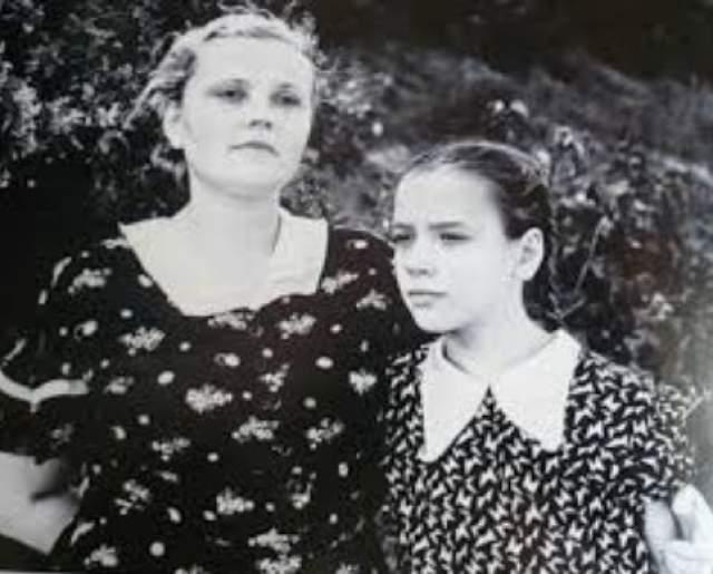 При этом бабушка, отличавшаяся тяжелым характером и болезненной властностью, постоянно внушала мальчику, насколько беспутна его мать. Сама Санаева, вышедшая незадолго до этого замуж за Ролана Быкова, не особенно пыталась изменить ситуацию. На фото Елена Санаева с матерью.