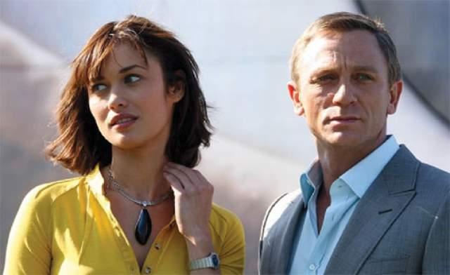 """Также наша соотечественница снималась в одной из частей культовой саги про агента 007. Сыграв в 2006 году в """"Кванте милосердия"""", она приобрела статус """"девушки Бонда"""" - наряду с такими актрисами, как Ева Грин, Хэлли Берри, Дениз Ричардс и др. И вот тогда-то о ней и заговорили в России."""