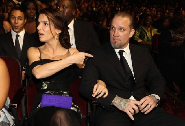 """Сандра Буллок внезапно узнала о многолетних изменах любимого мужа-автомеханика Джесси Джеймса в 2010 году, спустя всего неделю после получения """"Оскара"""" за лучшую женскую роль."""