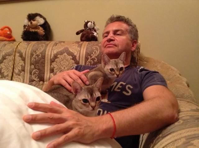 Вместе с супругом Леонидом Агутиным они иногда учат разные трюки. К примеру, не так давно они выучили номер, где кошка по команде прыгает на грудь.