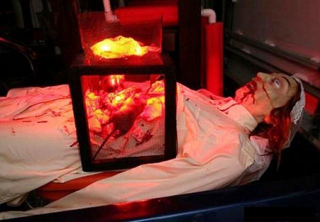 Крысы. К жертве привязывали клетку с крысами. Животных пугали углями, после чего они начинали искать выход через тело, разрывая кожу, внутренности, кости человека.