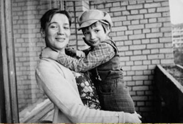 Елена Санаева. Родительских прав на сына Павла актрису лишила собственная мать, правда, неофициально: женщина просто забрала мальчика к себе.