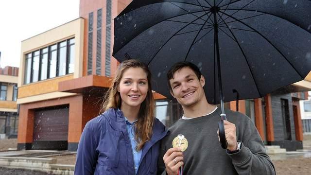Вик Уайлд (31) и Алена Заварзина (29). Сноубордисты познакомились на соревнованиях в 2009 году, а встречаться начали весной 2011-го.