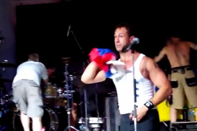 Басист Джаред Хассельхофф засунул триколор себе в штаны, а затем бросил в зал. За это МВД России возбудило против музыкантов уголовное дело.