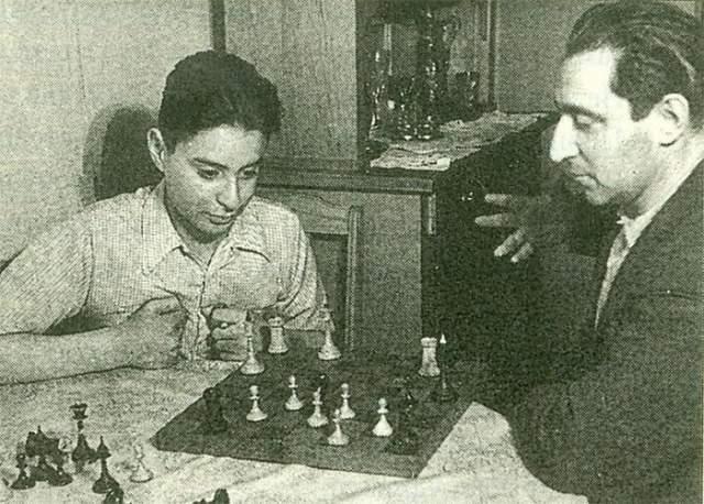 Вениамин Смехов с отцом играет в шахматы.
