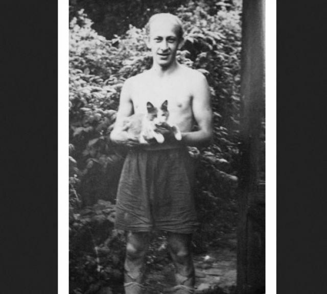 В 1946 году был зачислен на первый курс Горьковского театрального училища, а в 1954 году поступил в Школу-студию им. В. И. Немировича-Данченко при МХАТ СССР им. М. Горького в Москве, сразу на второй курс, куда его взял сам ее ректор В. З. Радомысленский.