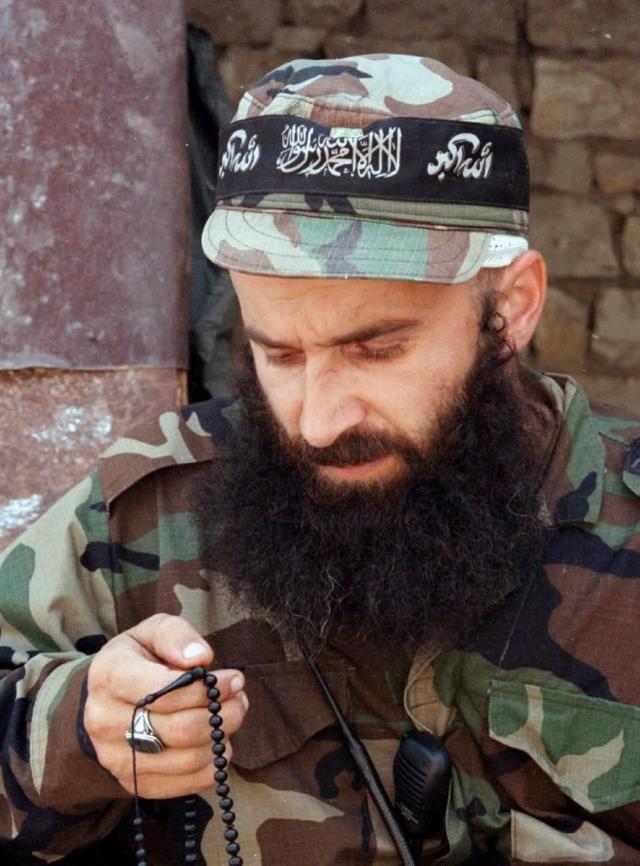 В 1995 году Шамиль Басаев и другие лидеры незаконных вооруженных формирований, желая сорвать процесс разоружения, с целью нападения на граждан и организации, приобрели огнестрельное оружие, взрывчатые вещества и взрывные устройства, создав банду, руководителем которой и стал Басаев.