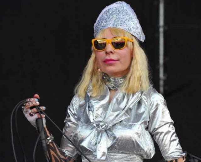 Невообразимые прически, очки, макияж, наряды и космический голос стали визитной карточкой Жанны, считающей себя марсианкой.
