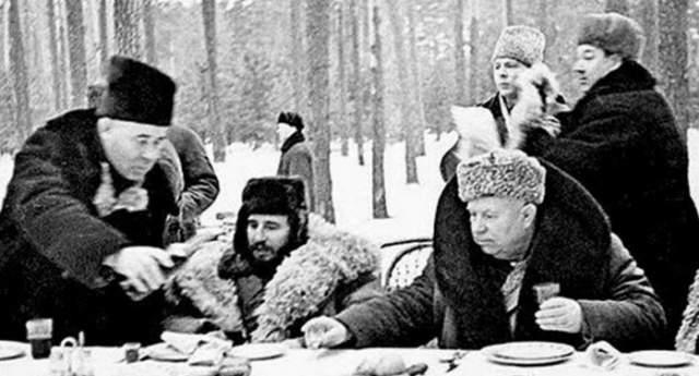 Застолье на высшем уровне: Никита Хрущев и Фидель Кастро.