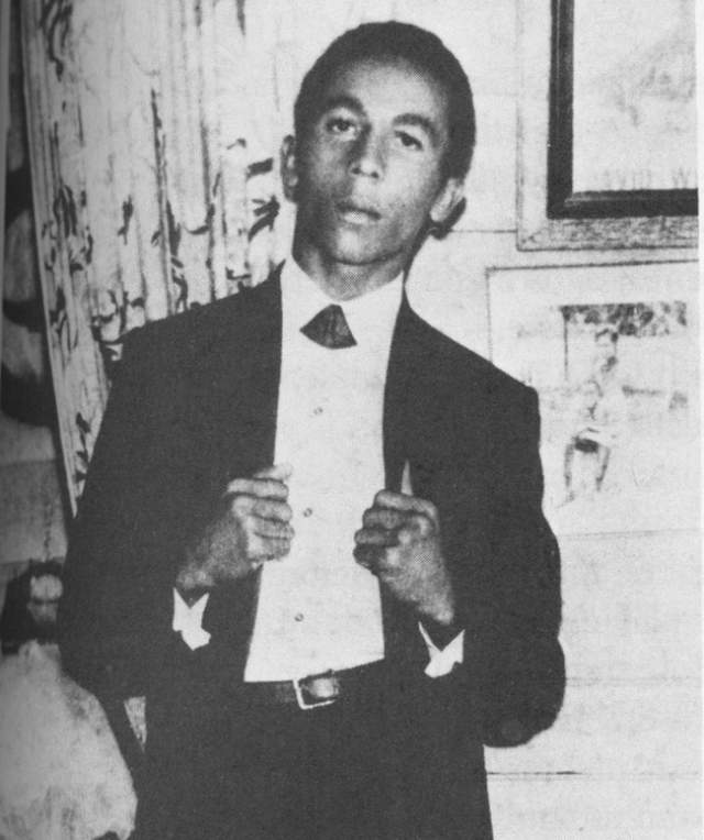 В этом 20-летнем щеголе довольно сложно узнать звезду регги Боба Марли .