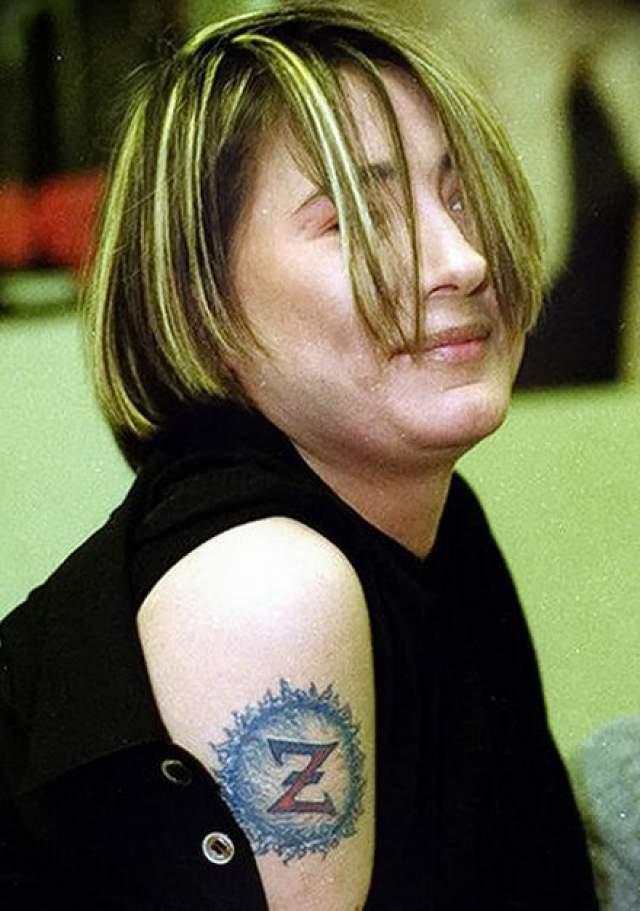 """Тату Земфиры в виде буквы """"Z"""" в круге на правом плече, пожалуй известна многим, ранее исполнительница говорила, что татуировка оберегает ее и приносит удачу."""