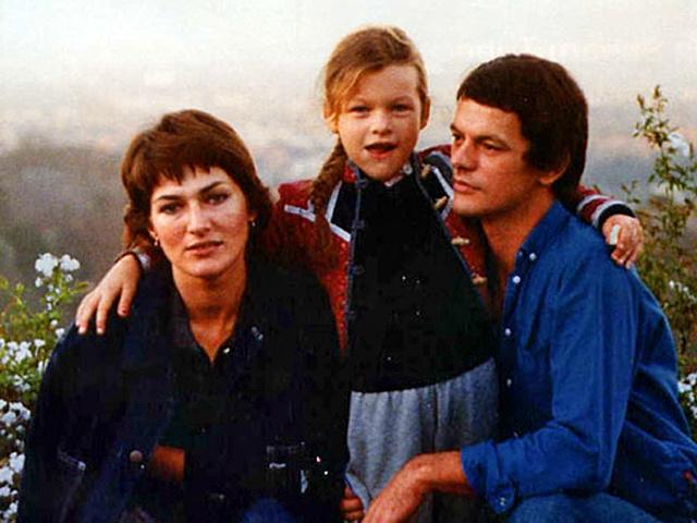В то же время в Югославии семья Йововича, выступавшая против существующего политического режима в стране, попала в опалу, поэтому и туда влюбленным путь был закрыт.
