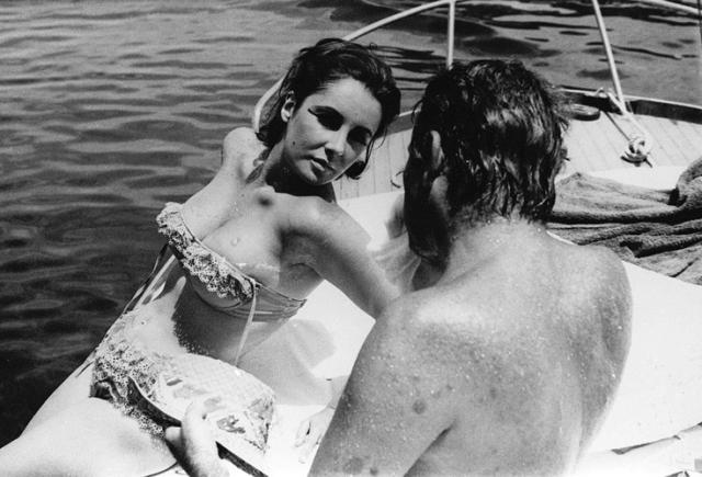 Актер также был женат, однако это не помешало паре хорошо проводить время на яхте, где их и застукали папарацци.