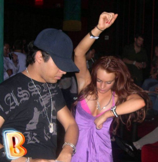 В подпитии актриса устраивает дикие танцы.