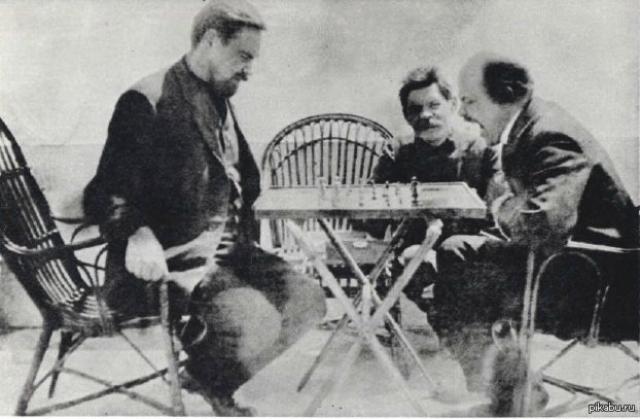 Владимир Ленин. До того, как возглавить русскую революцию и советское государство, в 1908-1910 годах Ленин дважды посещал остров Капри, где отдыхал в кругах интеллигенции, играл в шахматы, выходил на лодке в плавание, удил рыбу...