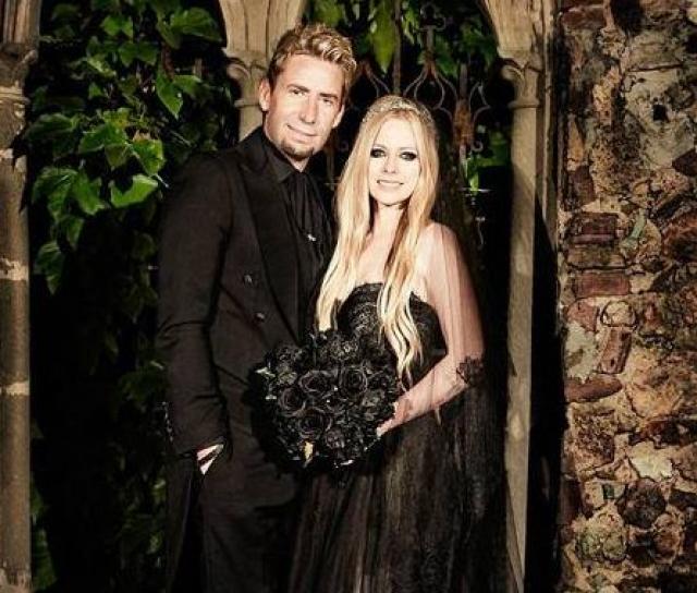 Аврил Лавинь. Вторым мужем певицы стал музыкант Чед Крюгер, а свадебное платье было черным, да еще и в готическом стиле.