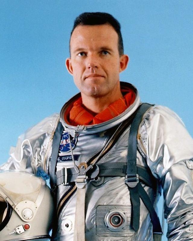 """Гордон Купер. 15–16 мая 1963 года астронавт США на корабле """"Меркурий-9"""" совершал 22 облета вокруг Земли. Пролетая над Австралией, над городом Перт, он сообщил, что к нему по пути приближался светящийся зеленоватым цветом объект с красным хвостом."""