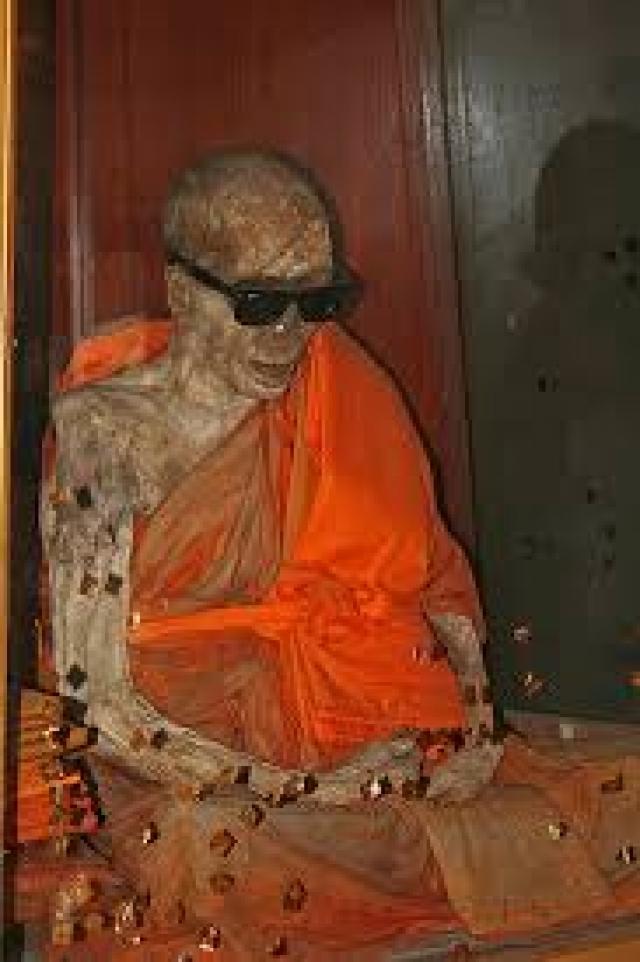 Прослужив еще 30 лет, монах сел в позу лотоса для медитации, предупредив учеников, что так и умрет. Ученики попытались кремировать тело, но оно не горело.